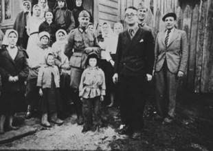 Il poeta fascista Robert Brasillach in abito scuro al centro della foto