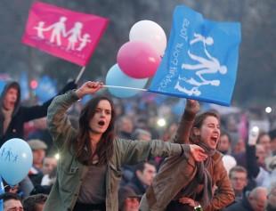 Due manifestanti di Manif in piazza a Parigi