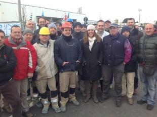Elena Donazzan con il cappello bianco circondata da lavoratori veneti
