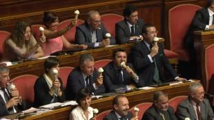"""Senato. La Lega contesta Renzi con """"la protesta dei coni gelato"""""""