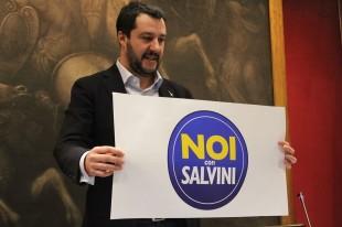 Matteo Salvini con il nuovo simbolo (foto A.Palladino)