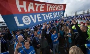 I tifosi del Cardiff manifestano per il ritorno alla maglia blu.