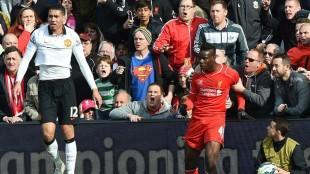 Balotelli trattenuto dai tifosi del Liverpool