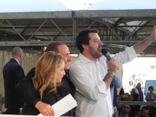 Salvini sul palco di Bologna con Berlusconi e la Meloni (dal profilo Fb di Salvini)