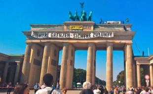 """La protesta degli identitari a Berlino: """"Confini sicuri, futuro sicuro"""""""