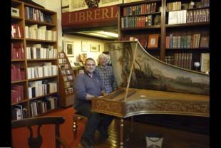 La libreria Pecorini con la signora Lalla vicino al pianoforte