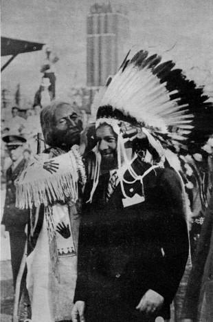 Italo Balbo decorato con il tipico copricapo Sioux