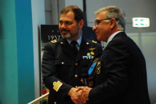 A sinistra: il colonnello pilota Roger Michele Vai, comandante la SMAM, stringe la mano ad un esponente dell'Associazione Arma Aeronautica nel corso del Raduno VAM.