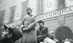 Mussolini a Milano dove tenne l'ultimo comizio al Lirico nel 1944