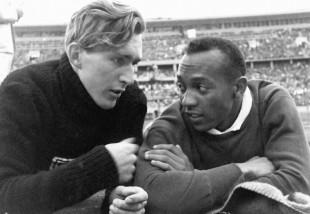 Jesse Owens con a sinistra l'amico e avversario tedesco Luz Long