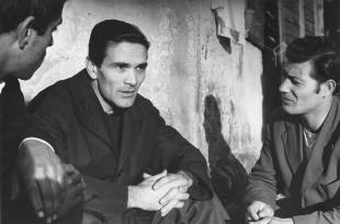 Collezione Garrera: una foto inedita di Pier Paolo Pasolini in compagnia di due suoi amici (probabilmente databile al 1959-1960)