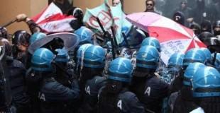 Bologna, gli scontri tra forze dell'ordine e centri sociali