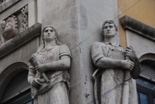 Terni. Lavoratore, lavoratrice e rilievo degli stemmi corporativi sul Palazzo dell'INPS di Corso Tacito.