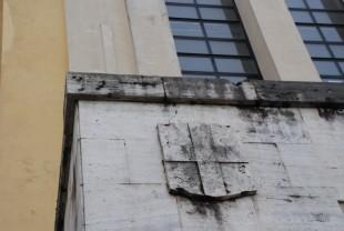 """Terni. Croce sabauda sulla facciata del Liceo Ginnasio """"G. C. Tacito"""", edificato nel 1936."""