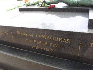Parigi. Un fiore per Edith Piaf, la dea terribile che cantò l'anima di Francia (e d'Europa)