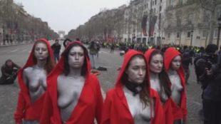 La protesta contro Macron vestite da Marianne. Dalla parte dei gilet gialli