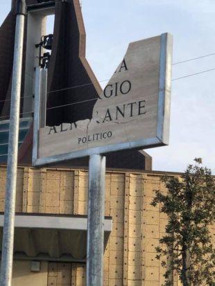 Vergogna a Ladispoli (Rm): distrutta la targa di Piazza Almirante