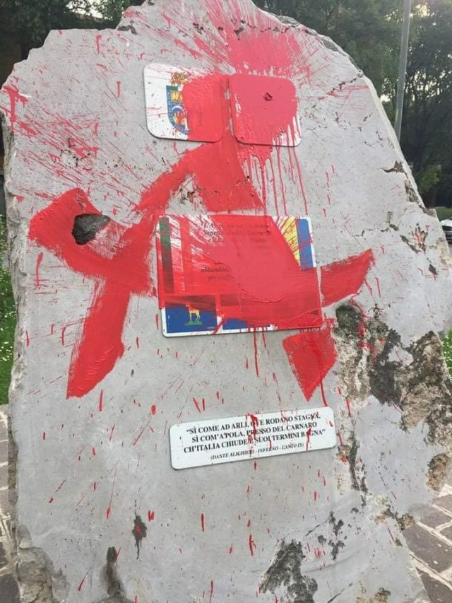 """Protesta Fratelli d'Italia dopo gli atti vandalici firmati dagli antifascisti emiliani in città: """"Imbrattate, oltre a negozi, case e scuole a #modena monumento ai carabinieri e ai martiri delle foibe da parte dei """"democratici antifascisti"""" . Muzzarelli cosa aspetti a prendere la spugna e ripulire le gesta dei tuoi compagni? #25aprile"""""""