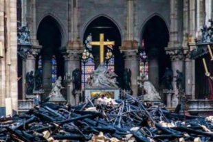 L'interno di Notre Dame con la croce intatta tra le travi bruciate del tetto della cattedrale