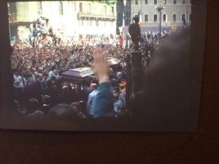Memoria. Il funerale a Roma (1988) di Almirante e Romualdi nelle foto di Parisella