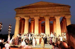La sfilata di moda nella Valle dei Templi di Agrigento