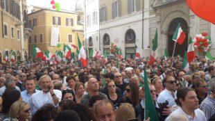 Migliaia di patrioti davanti a Montecitorio contro il governo Conte