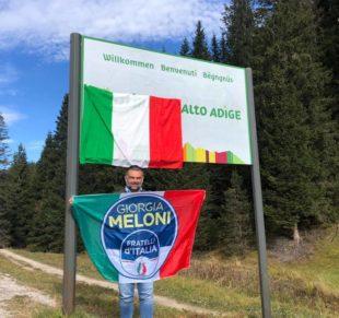 Patriottismo. Il deputato De Carlo (Fdi) espone bandiera tricolore al confine con l'Alto Adige