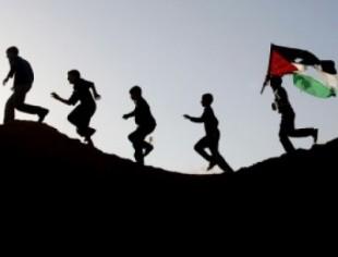 ı-bambini-palestinesi-che-corrono-e-le-bandiere