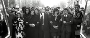 Anna Mattei e Giorgio Almirante al funerale di Stefano e Virgilio, i patrioti morti nel rogo della casa del segretario del Msi di Primavalle