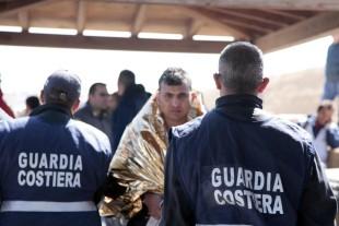 Lampedusa, migranti superstiti dal naufragio tratti in salvo dalla Guardia Costiera