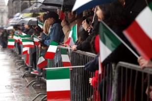 842304 ALZABANDIERA IN PIAZZA DUOMO PER I 150 ANNI DELL' UNITA' D' ITALIA