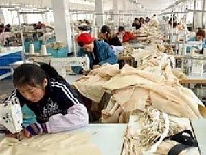 cinesi in fabbrica