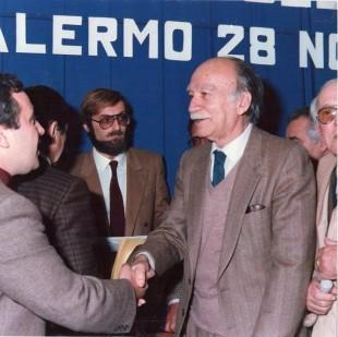 Guido Virzì (con la barba) alla sinistra di Giorgio Almirante