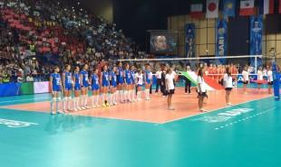 Le guerriere azzurre durante l'inno nazionale, prima della gara a Bari con la Cina
