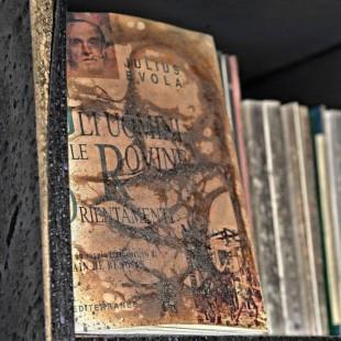 Un libro di Julius Evola sugli scafali della Ritter dopo l'attentato