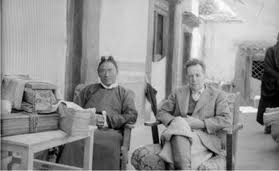 Chushul (Tibet centrale), 1948. Giuseppe Tucci visita la casa di Tsarong,