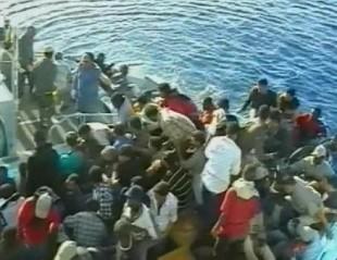 Immigrati durante una traversata del Mediterraneo
