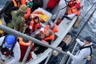 Nave di immigrati soccorsa dalla Marina