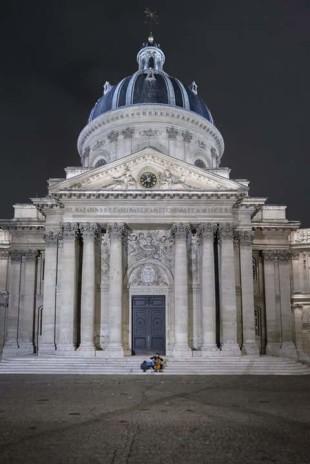 Parigi, 14 novembre 2015. Un solitario musicista esegue la Marsigliese (fotografia di Daniele Ferretti).