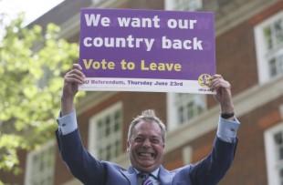 nigel-farage-holds-brexit-sign[1]