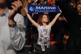 Una giovane sostenitrice della candidatura patriottica di Marine Le Pen