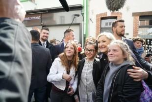 Marine Le Pen  con alcune giovani sostenitrici