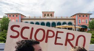I lavoratori dell'outlet di Serravalle protestano contro la decisione dell'azienda di lavorare il giorno di Pasqua