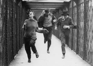 "Jeanne Moreau (a sinistra) sul pont de l'Europe in ""Jules e Jim"" di François Truffaut"
