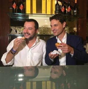Salvini e Caroppo mentre gustano un pasticciotto leccese