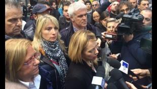 Giorgia Meloni con i microfoni, alle spalle Viviana Beccalossi