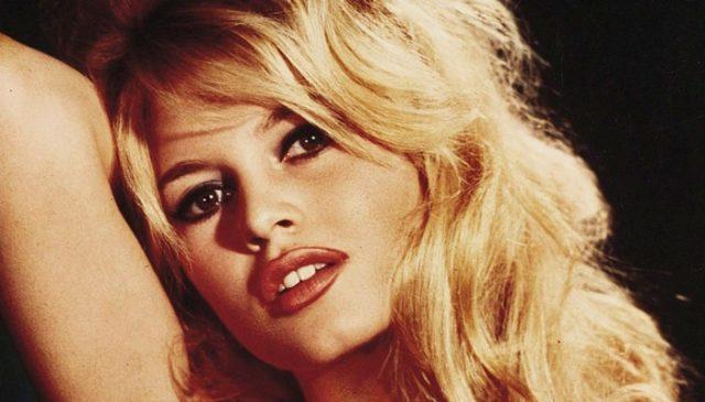 Brigitte Bardot compie 85 anni. Nata il 28 settembre del 1934 la celeberrima ex attrice francese è stata una delle icone sexy del 20esimo secolo. Chiamata da tutti BB, è stata anche modella e cantante. Da sempre vicina al Front National, è stata famosa per i suoi amori e per il suo anticonformismo. E' da sempre  un'attivista per i diritti degli animali