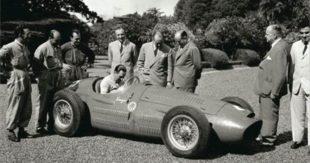 Il Presidente Perón nei giardini della Residenza di Olivos sulla Maserati 250F che nel 1954, con Fangio, vinse il Gran Premio d'Argentina di F1