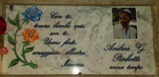 La tenera lapide che la madre ha dedicato allo scrittore Andrea G. Pinketts