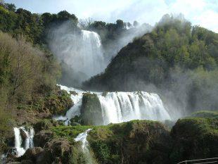 Meditazioni sulle vette. La cascata delle Marmore non è l'Acquafan ma una tempesta d'Appennino